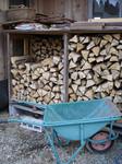 2トン?の薪が納まった薪小屋1号