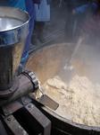 やわらく煮えた大豆をミンチに。湯気ぼうぼう。