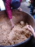 みそ玉を作って樽にばしばしいれていきます。